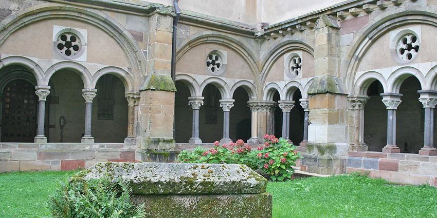 """Der Kreuzgang bildet den Kern des Klosters: Er verbindet alle wichtigen Räume miteinander, ist aber auch ein Ort der Stille. Er gehört zur """"äußeren"""" Klausur, die wir mit unseren Gästen und Mitarbeitern nutzen. Die """"innere"""" Klausur (der eigentliche Wohnbereich) ist nur der Gemeinschaft zugänglich ist."""