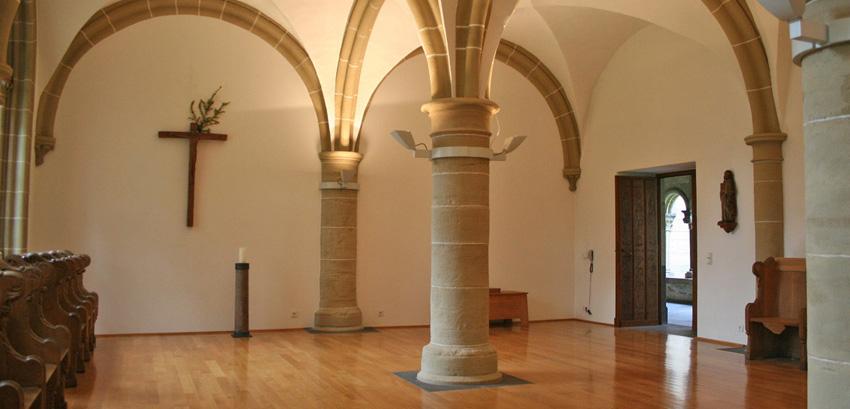 Der Kapitelsaal, Ort offizieller Versammlungen der Gemeinschaft, z.B. Gesangssübungen, tägliche Arbeitsbesprechung, Einkleidung von Novizen oder Wahl des Abtes; aber auch Ort der Aufbahrung eines verstorbenen Bruders.